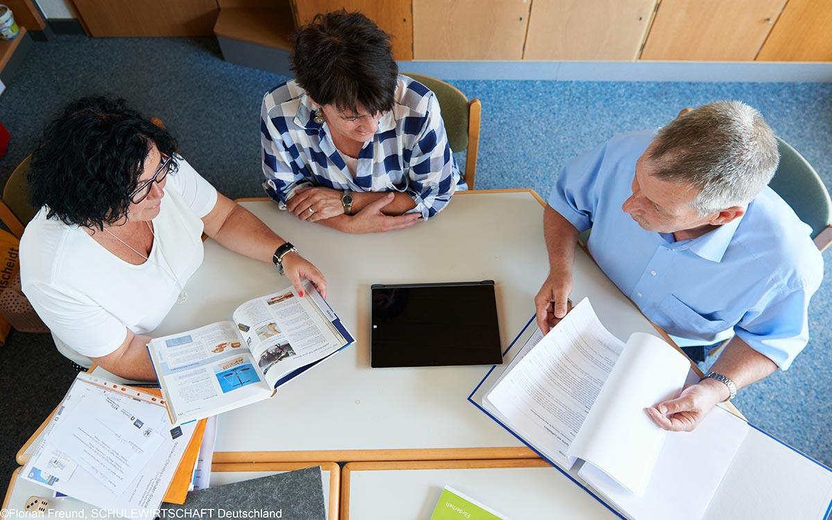 netzwerk-berufswahlsiegel-Blog-hessen-digital-Lehrer-Tisch-1200x750
